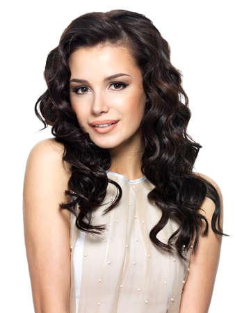 cabello: Foto de mujer joven con el pelo rizado largo de la belleza. Modelo de moda en estudio.