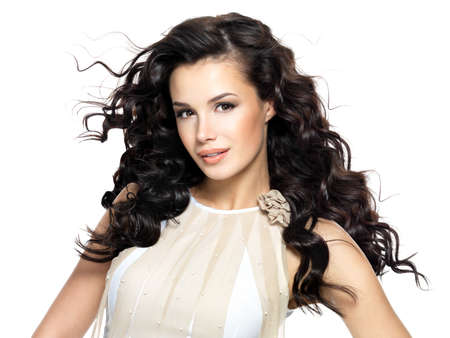 dishevel: Bella donna bruna con i capelli ricci lunghi bellezza. Moda modello con acconciatura ondulata LANG_EVOIMAGES