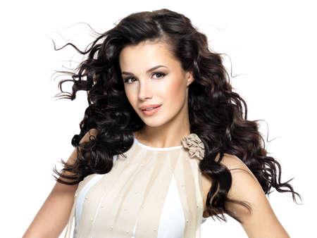 cabello rizado: Hermosa mujer morena con el pelo largo rizado belleza. Modelo de manera con el peinado ondulado LANG_EVOIMAGES
