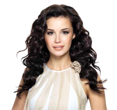 美容長い巻き毛のヘアスタイルと美しいブルネットの女性。波状毛とファッションモデル