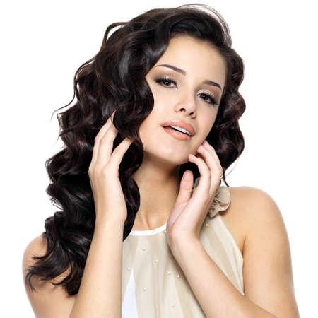 美容長い巻き毛を持つ美しい若い女性。白い背景で隔離のファッション モデル ポートレート