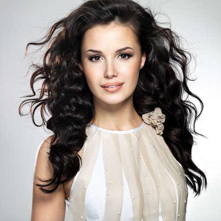 mooie vrouwen: Mooie jonge vrouw met lang bruin haar. Mooi model poseert in de studio.