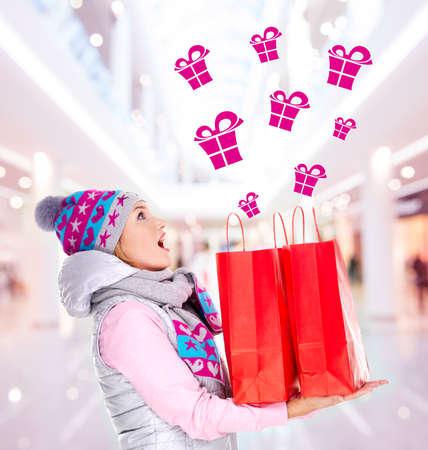 filles shopping: Photo de la femme surprise avec des cadeaux apr�s le shopping � la nouvelle ann�e � la boutique