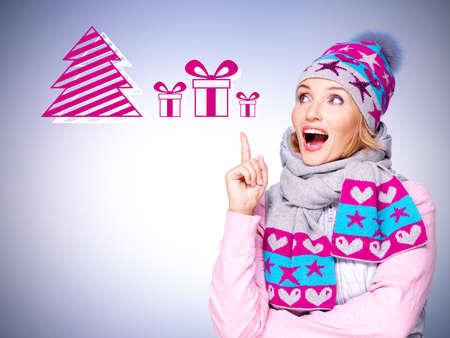Foto Spaß überraschte Frau mit Illustration von Geschenken über Hintergrund