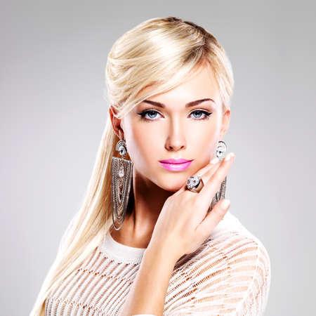 明るいファッション メイクと長い白い毛の美しい女性の肖像画。