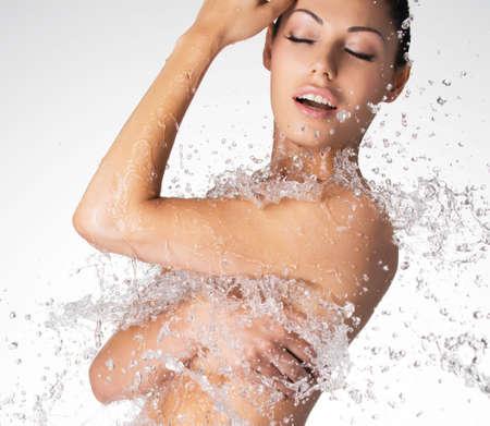 donna completamente nuda: Sexy bella donna nuda con il corpo bagnato e spruzzi d'acqua LANG_EVOIMAGES
