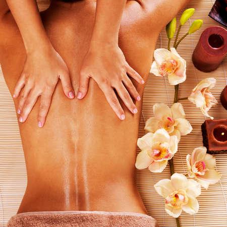 peluqueria y spa: Masajista haciendo masaje de espalda de mujer en el sal�n de spa