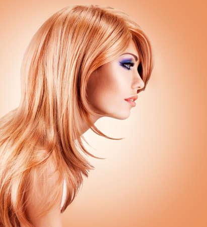 pelo rojo: Retrato de perfil de la hermosa mujer bonita con pelos largos de color rojo - presenta en el estudio