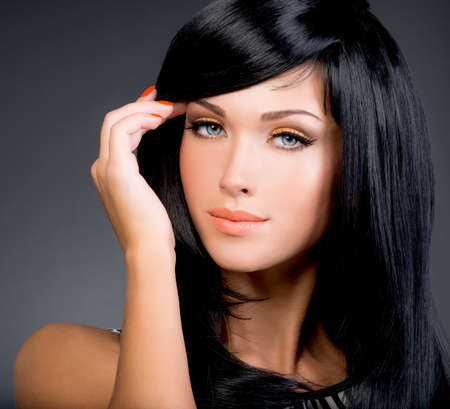 jolie fille: Belle femme brune avec de longs droite posant cheveux noirs au studio