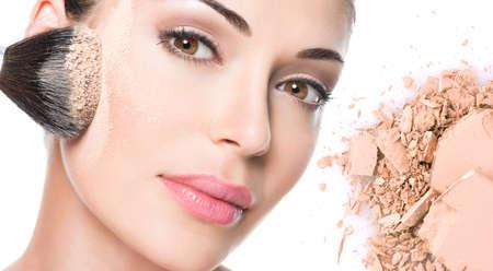 モデル肌 - 白で隔離にパウダーで美しい女性の顔