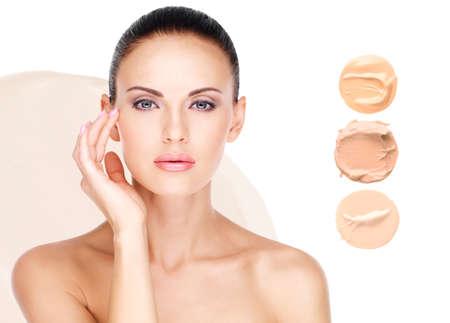 Model het gezicht van mooie vrouw met foundation op de huid make-up cosmetica. Stockfoto
