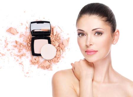 피부 메이크업 화장품에 기초를 가진 아름 다운 여자의 모델 얼굴.