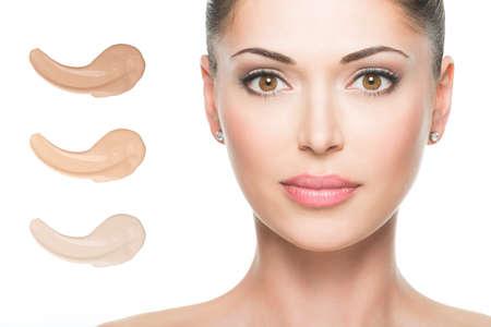 피부 메이크업 화장품에 기초를 가진 아름 다운 여자의 모델의 얼굴입니다.