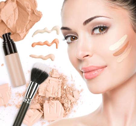 La cara modelo de mujer hermosa con fundamento sobre la piel maquillaje cosméticos. Foto de archivo - 23271823