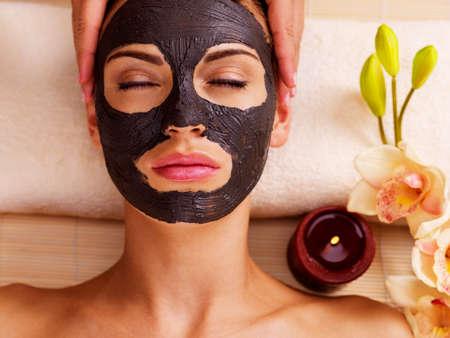 masajes faciales: Cosmetóloga haciendo masajes en la mujer