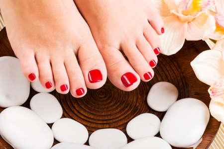 pedicura: Foto de detalle de una hermosa pies femeninos con pedicure rojo