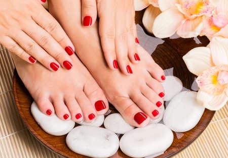 ペディキュアの手順でスパ サロンで美しい女性の足のクローズ アップ写真