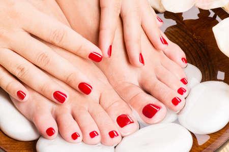 ペディキュアの手順のスパ ・ サロンで美しい女性の足のクローズ アップ写真