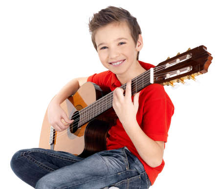 笑顔の白人の少年 - 白い背景で隔離のアコースティック ギターで遊んでいます。 写真素材