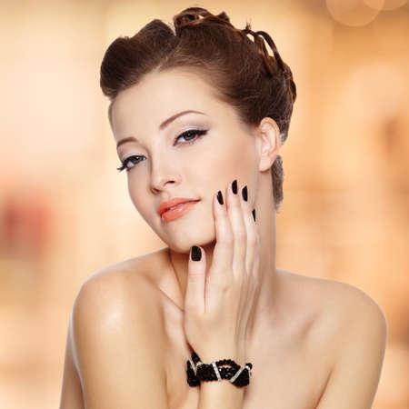 Portrait d'une belle jeune femme avec des ongles noirs