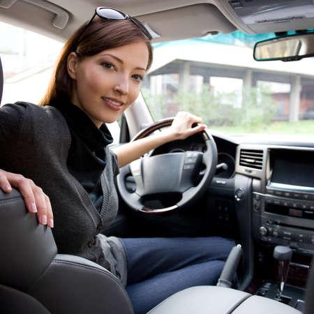 新しい車内ポーズ美しい若い幸せな女