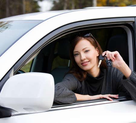 erfolgreiche frau: Portrait eines gl�cklichen erfolgreiche Frau mit Schl�ssel aus dem neuen Auto - im Freien