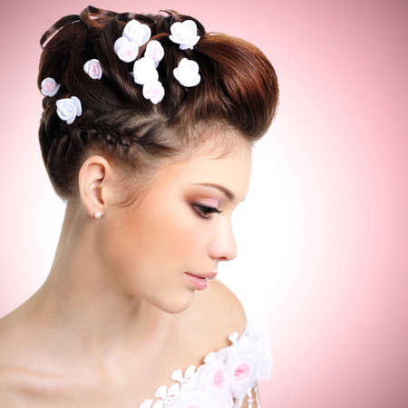 womanliness: Profile portrait of  bride with beauty make-up and hairstyle LANG_EVOIMAGES
