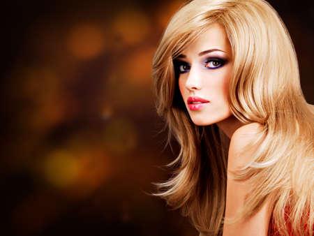 cabello rubio: Primer retrato de una bella mujer joven con pelos largos y blancos. Modelo de manera que presenta en el estudio
