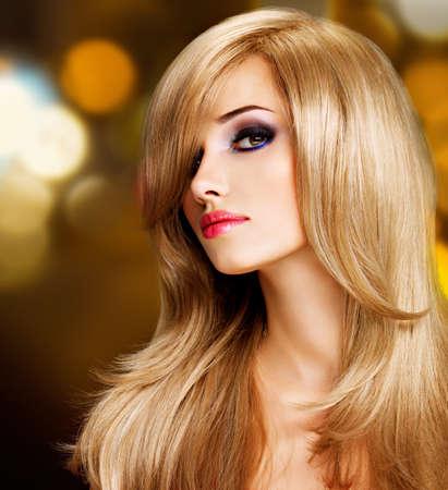 capelli biondi: Closeup ritratto di una bella giovane donna con lunghi peli bianchi. Modella in posa nello studio di LANG_EVOIMAGES