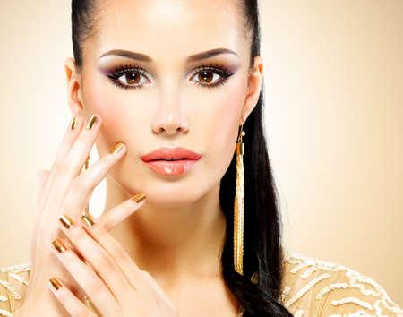 modelos negras: Hermosa cara del primer de la mujer del encanto con maquillaje de ojos negro