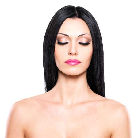 Belle femme se soucie de la peau du visage isolé sur fond blanc. Portrait de la beauté de la jolie femme avec les yeux fermés