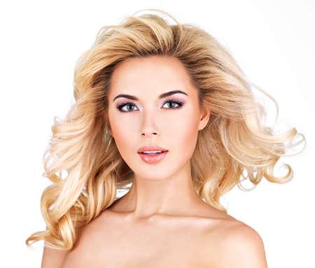 cabello rizado: Hermosa mujer con largo rizado rubio hair.Isolated en blanco LANG_EVOIMAGES