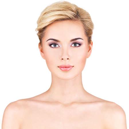 jolie fille: Portrait de face de la femme avec le visage de beaut� - isol�