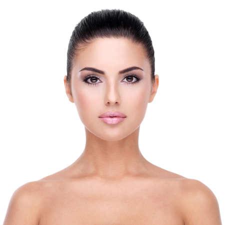 清潔で新鮮な皮 - 白で隔離される若い女性の美しい顔