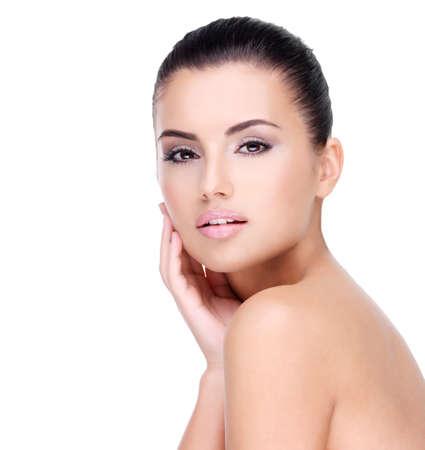 新鮮な健康な皮膚 - 白で隔離されると若い女の子の美しい顔
