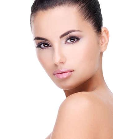 Hermoso rostro de mujer joven con la piel limpia y fresca - aislados en blanco