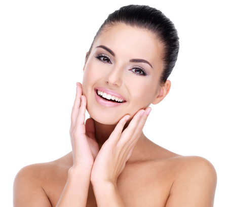 Beau visage de jeune femme souriante avec la peau propre et fraîche - isolé sur blanc