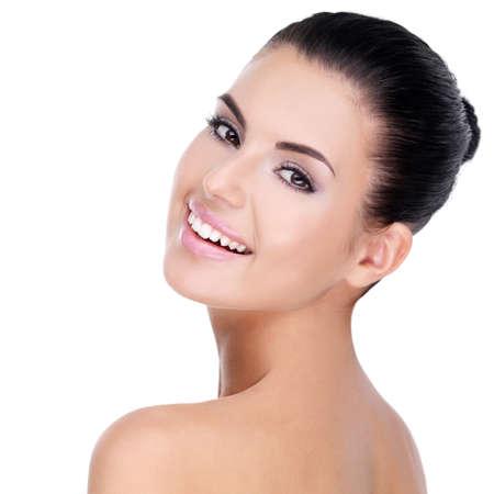 belle brune: Beau visage de la jeune femme avec la peau propre et fraîche - isolé sur blanc LANG_EVOIMAGES