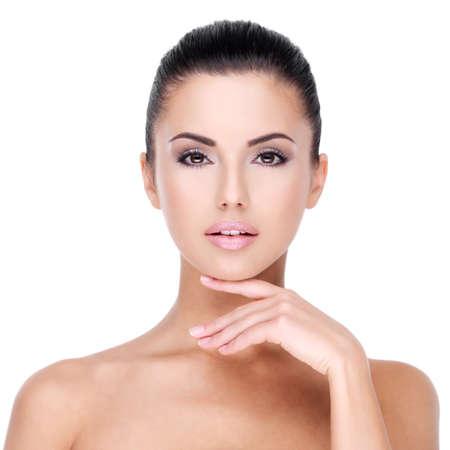 Face bonita da menina com a pele fresca e saudável - isolado no branco