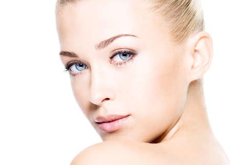 아름다움: 깨끗한 얼굴을 가진 아름 다운 젊은 금발 여자의 초상화입니다. 높은 키 샷.