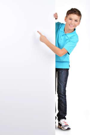 ni�os con pancarta: Completo retrato de muchacho alegre que se�ala en la bandera blanca - aislado en fondo blanco