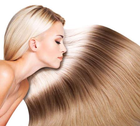 cabello lacio: Mujer hermosa con el pelo largo y blanco. Primer retrato de una modelo de moda sobre fondo blanco