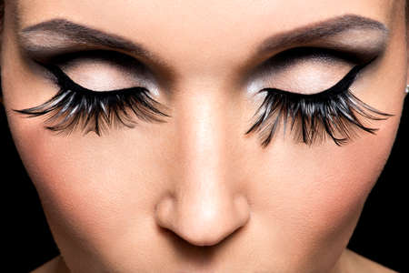 pesta�as postizas: Maquillaje hermoso del ojo con las pesta�as falsas largas. Visage vacaciones LANG_EVOIMAGES