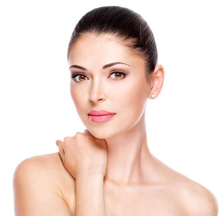 mooie vrouwen: jonge volwassen vrouw met mooi gezicht - geïsoleerd op wit. Huidverzorging concept.