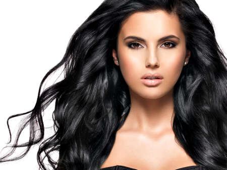 cabello negro: Hermosa mujer morena con la presentación larga del pelo rizado negro en el estudio LANG_EVOIMAGES
