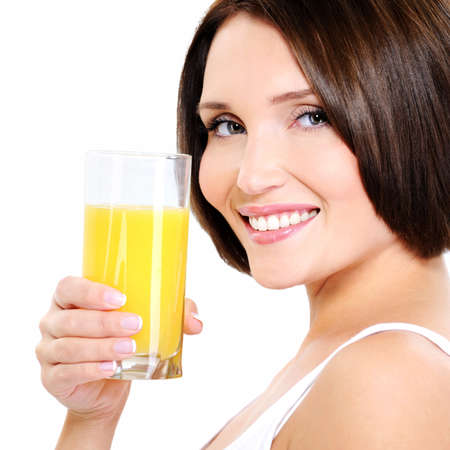 verre de jus d orange: Jeune femme souriante avec un verre de jus d'orange