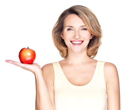 Porträt einer lächelnden jungen gesunden Frau mit roten Apfel - isoliert auf weiß.