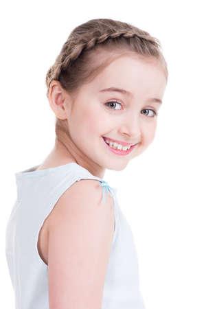 jolie petite fille: Portrait Gros plan d'une belle petite fille - isolé sur blanc.