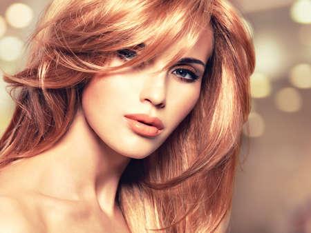 Portret van een mooie vrouw met lange rechte rode haren en glamour make-up. Close-up gezicht van een art creatieve instgram achtergrond