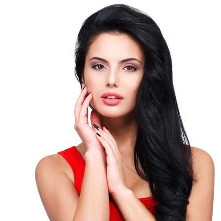model pose: Retrato de la cara hermosa de una mujer joven con el pelo largo y casta�o en el vestido rojo